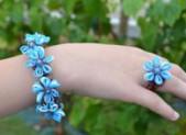 Bracelet et bague en élastiques « Bleuets »